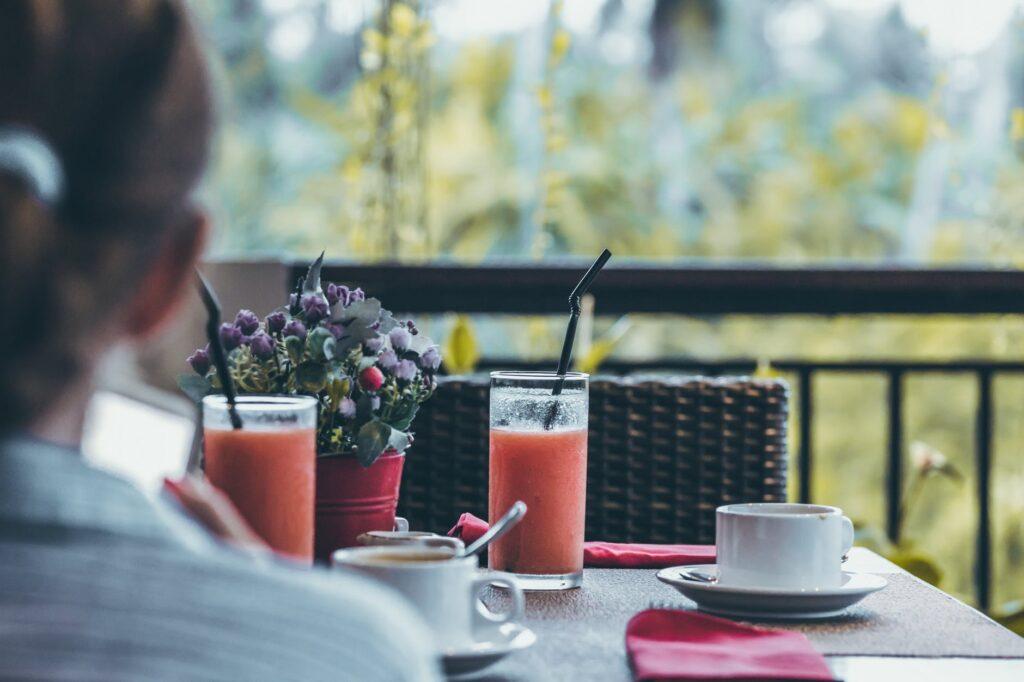 Jede Terrasse lässt sich mit kreativen Ideen nutzen, so etwa mit einem Pflanzkübel Raumteiler
